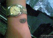 雷人纹身:手腕上刺鸽眼(图)