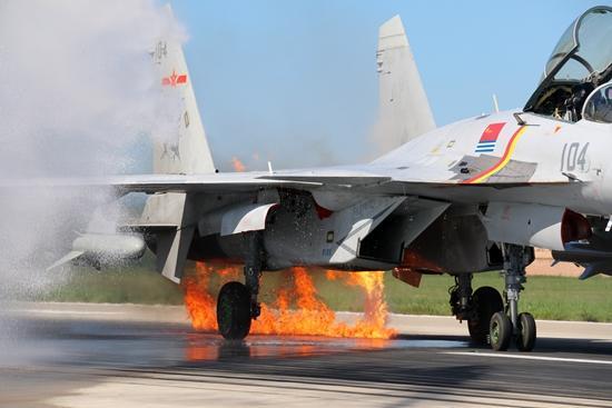 鸽群撞入歼-15发动机起火 飞行员沉着驾机着陆