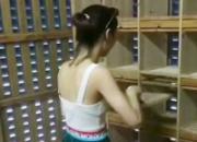 美女打扫鸽棚 一个词:养眼!